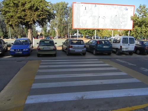 Este resalto que modera la velocidad y al mismo tiempo es vado de peatones  permite la salida del aulario en dirección Oeste  pero acaba en un aparcadero de coches.