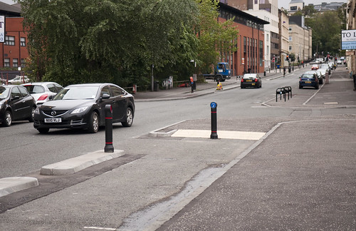 Looking the other way on Elderslie St: the cycle track ends at a crossroads and then restarts on the opposite corner.