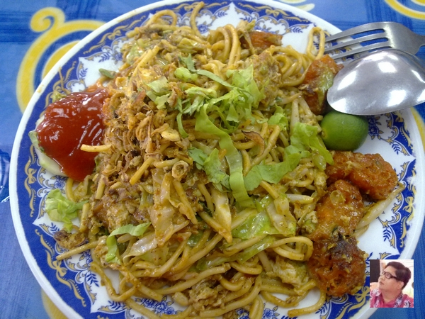 it was indeed a delicious mee goreng mamak!! saviour to the tip of the tongue.. all the ingredients mixed well..  the aroma was splendid...
