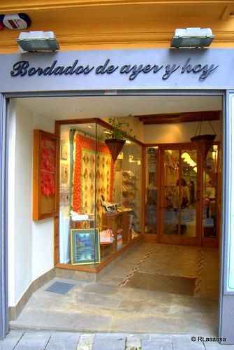 «Bordados de ayer y de hoy», tienda de bordados en la calle Calceteros