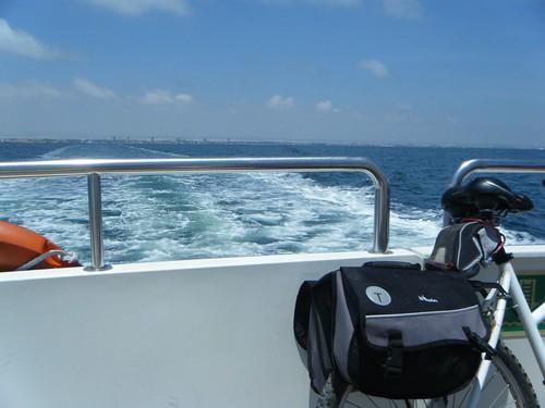 La Bici en el Ferry, al fondo Santiago de la Ribera