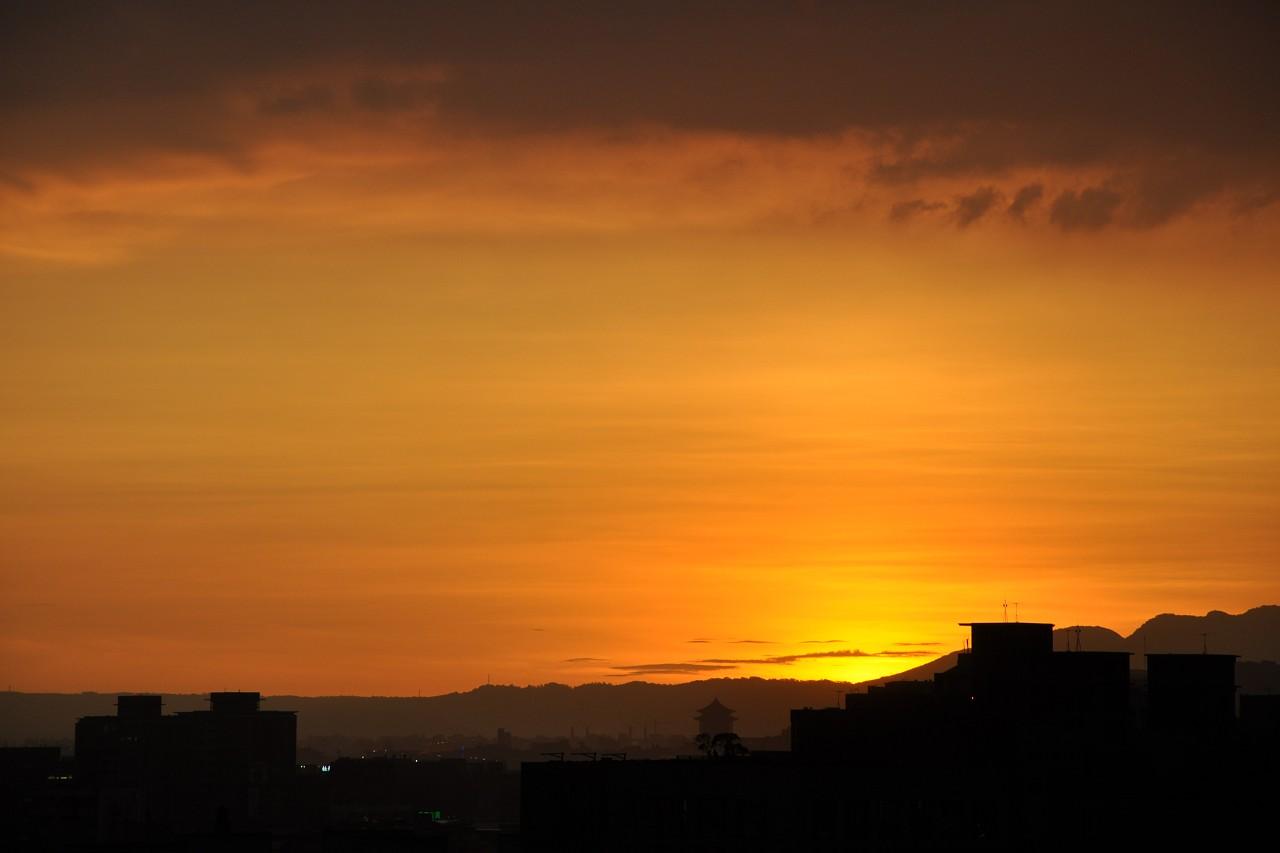 野橘色的日落