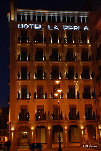 El «Gran Hotel La Perla» visto desde el quiosco de la Plaza del Castillo