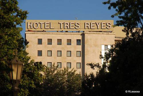 Vista de la fachada trasera del Hotel Tres Reyes desde la Taconera.