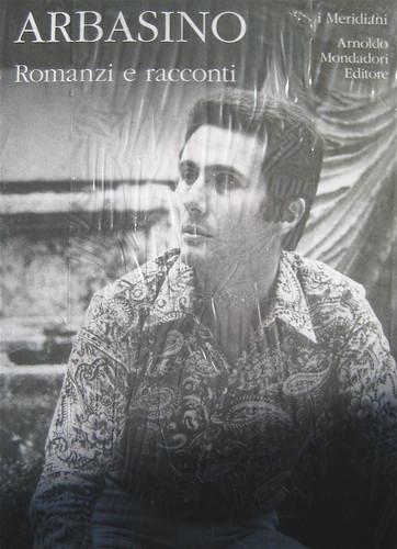 Alberto Arbasino, Romanzi e racconti, Mondadori -i Meridiani 2009; al cofanetto (entrambe le facciate): Ritratto di Alberto Arbasino, Roma 1969, ©Elisabetta Catalano (part.) 2