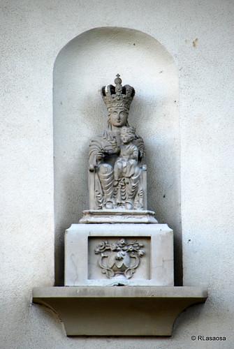 Hornacina con Virgen María y Niño situada en la fachada de un chalet de la Media Luna.