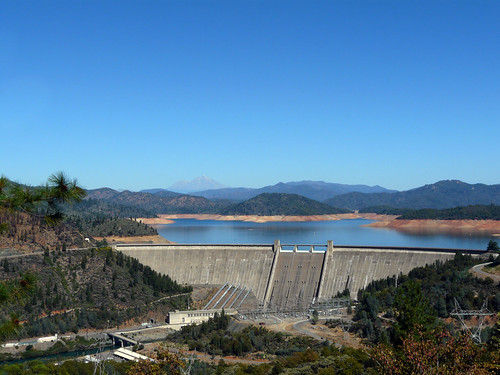 shasta dam/lake/mountain