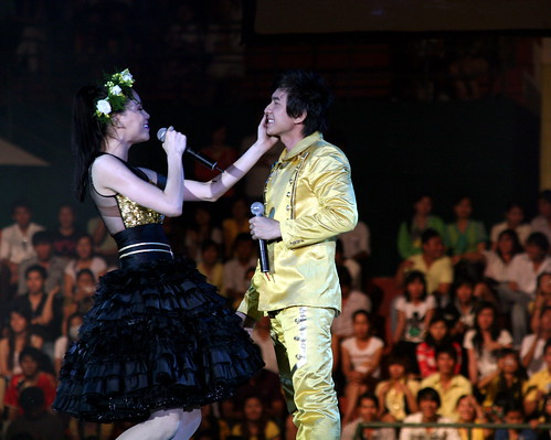 Một hành động cám ơn của Hà đến anh Bo vì đã đến với Hà trong tour diễn xuyên Việt này