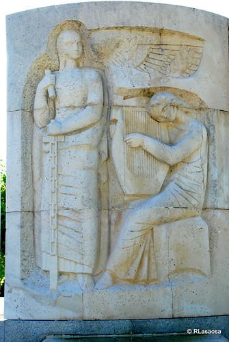Bajorrelieve situado en la parte posterior del Monumento a Pablo Sarasate situada en el parque de la Media Luna.