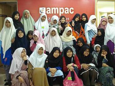 Remaja Puteri Bergambar di AMPAC