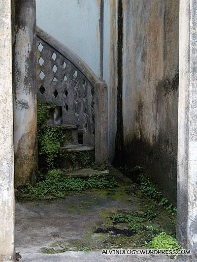 Spiral staircase landing