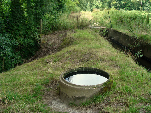 De Stenen Goot met waterput (Weesbeek links, Molenbeek rechts)