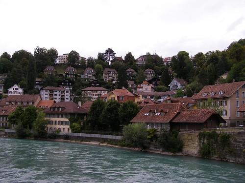 Casas a la orilla del río