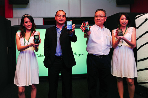 HTC HD2_Mr SK Wong, Country Manager of HTC, Mr Frank Teh, MD of SIS_A