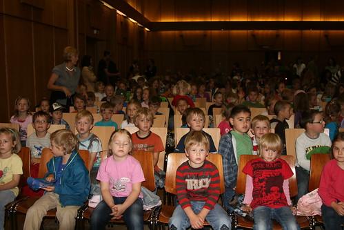 Der Kindergarten und die Volksschüler bei der ersten Aufführung