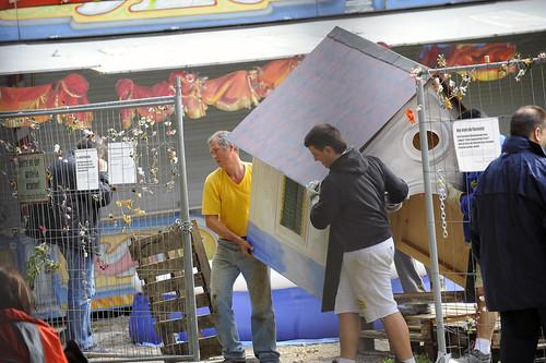 Auf die Räumung des Humankapitals folgt die Räumung der Zelte, der Gemälde und Installationen von Raja, des Kinderspielplatzes usw. Hier entschwindet das Widerstandshäuschen.