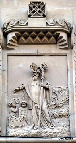 Altorelieve en la fachada de la Parroquia de San Nicolás, en el Paseo de Sarasate.