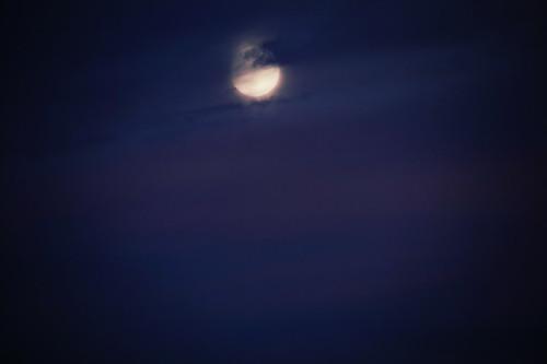 Luna sobre morado