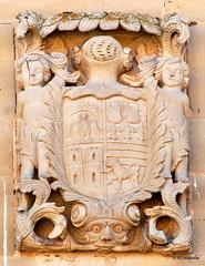 Escudo de armas, de fina labra barroca de comienzos del siglo XVIII
