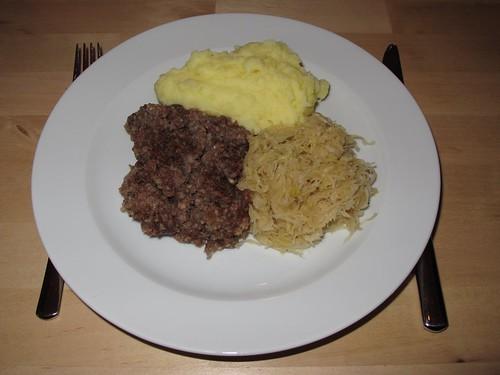Stippgrütze mit Kartoffelpüree und Sauerkraut