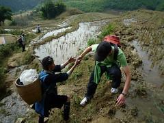 Hmong Frau hilft Friedrich durch den Matsch