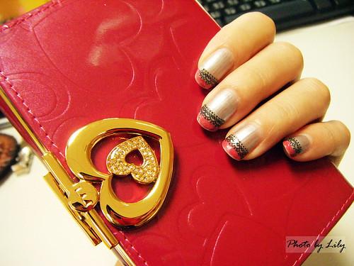 我的指甲彩繪跟OMNIA的新皮夾還挺搭配的呢!