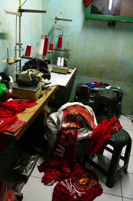 Kaos MU yang menanti untuk didaur ulang oleh BOLBAL