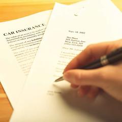 Incauto firmando el seguro