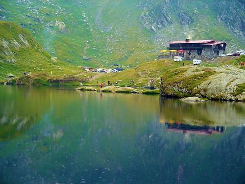 Lago Balea en la cima de la Transfagaras, Los Cárpatos, Rumanía