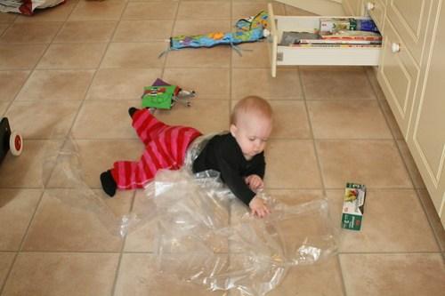 Småbarn ska inte leka med plastpåsar, va?