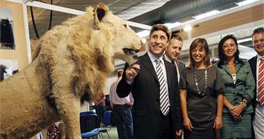 Al presidente de la Diputación le hace gracia el pobre león disecado. Inauguración de Intercaza 2009. Foto de OLGA LABRADOR