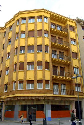 Edificio de viviendas en la calle García Ximénez, esquina con Sancho el Mayor.