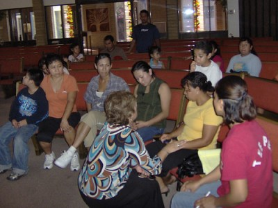 Pastor Magdalena Schwartz speaks with the wives of the detained religious leaders - Photo: Alfa y Omega Church.
