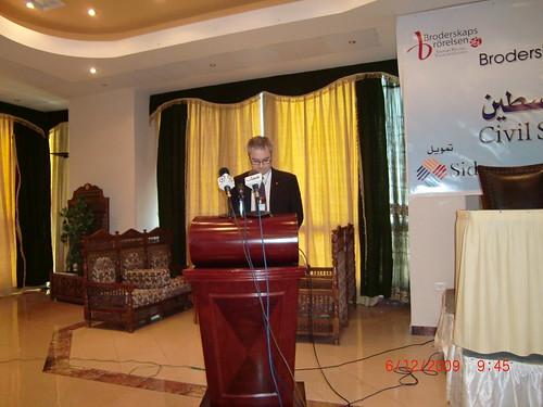 Lars G Linder talar på en konferens i Gaza