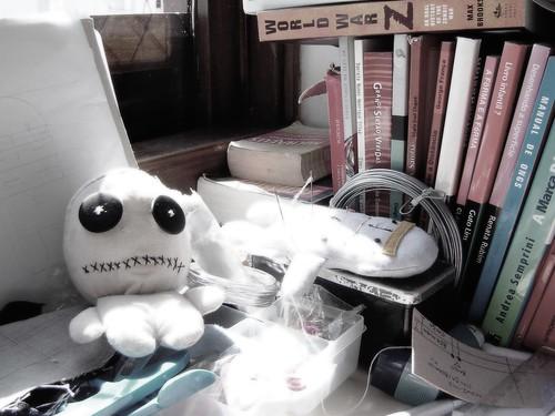 Bonecos na mesa de trabalho do tio .faso