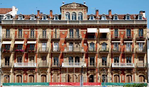 Fachada del edificio donde se encuentra el «Casino Principal», en la céntrica Plaza del Castillo, y en cuyos bajos se encuentra el famoso «Café Iruña»