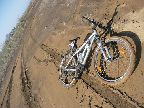 La bici tras la caída con  huella del resbalón