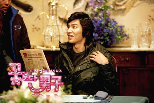 Gu Jun Pyo girang saat kepala rumah tangga memperkenalkan Jan Di sebagai pelayan pribadinya.