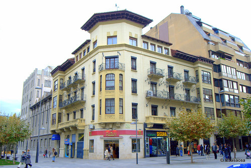 Edificio entre la Avenida de Roncesvalles y la Avenida de Carlos III