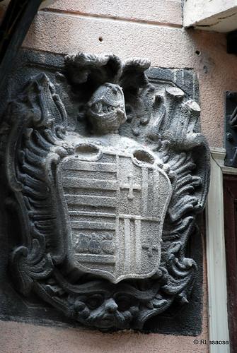Escudo en una fachada de una casa de la calle Zapatería
