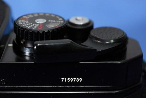 從機身上的序號來看 71 開頭的應該是1982-1983年間的產品,跟我一樣老的相機耶!!!保養得挺好