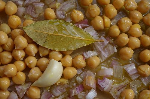 Chickpeas, garlic, shallots and bay leaves