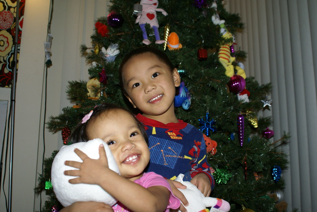 kiddies in front of the tree