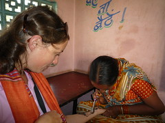 Sarah wird von der Tischnachbarin spontan mit Henna bemalt