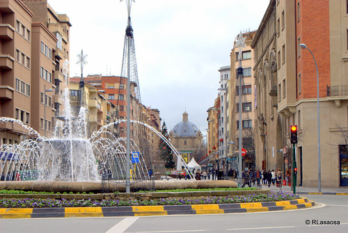 Vista de la Avenida de Carlos III desde la Plaza de las Merindades, con la fuente circular en primer plano