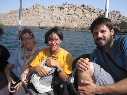 Eva visitando a Anna i Cesc en Egipto, que vienen en bici de Mongolia hasta Vic. Amb un parell... de rodes!