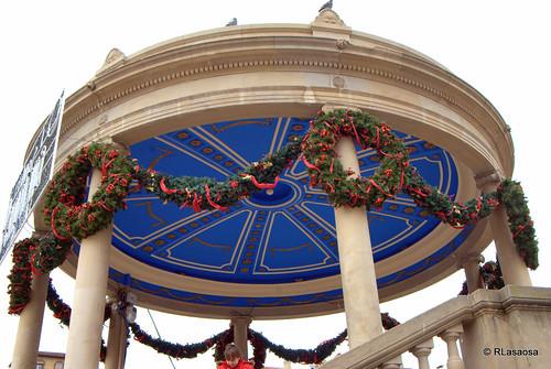 El kiosko de la Plaza del Castillo engalanado por Navidades