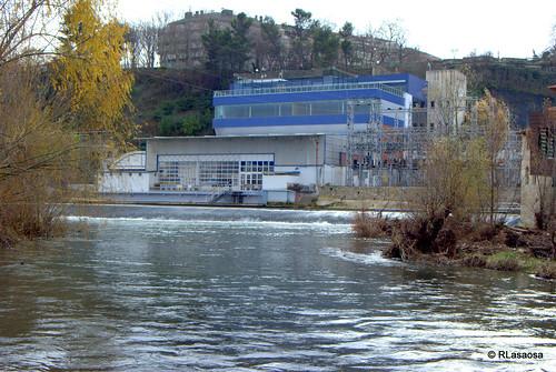 Vista del edificio Social del Club Natacion Pamplona, en la ribera del río Arga.