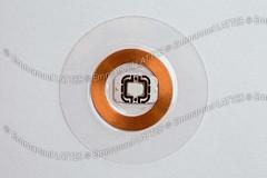 Puce RFID photographiée en studio sur fond blanc.