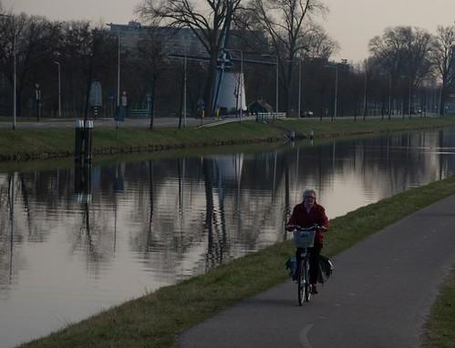 Oma op het fiets